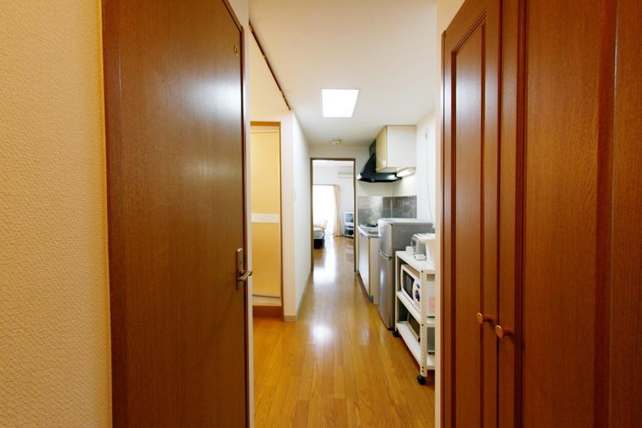 お部屋から廊下までは段差がなく安心。玄関前には収納スペースがあります