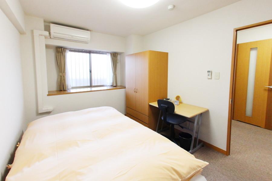 入口側のお部屋も小窓で開放的。どちらのお部屋にも収納を完備しています