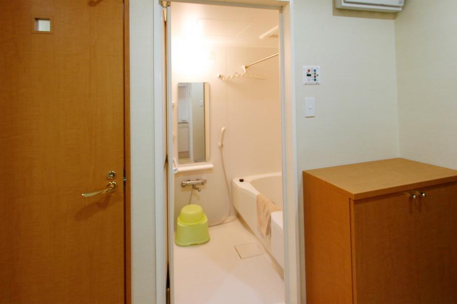 広々くつろげるバスルーム。浴室乾燥機能で急な洗濯物でも安心!