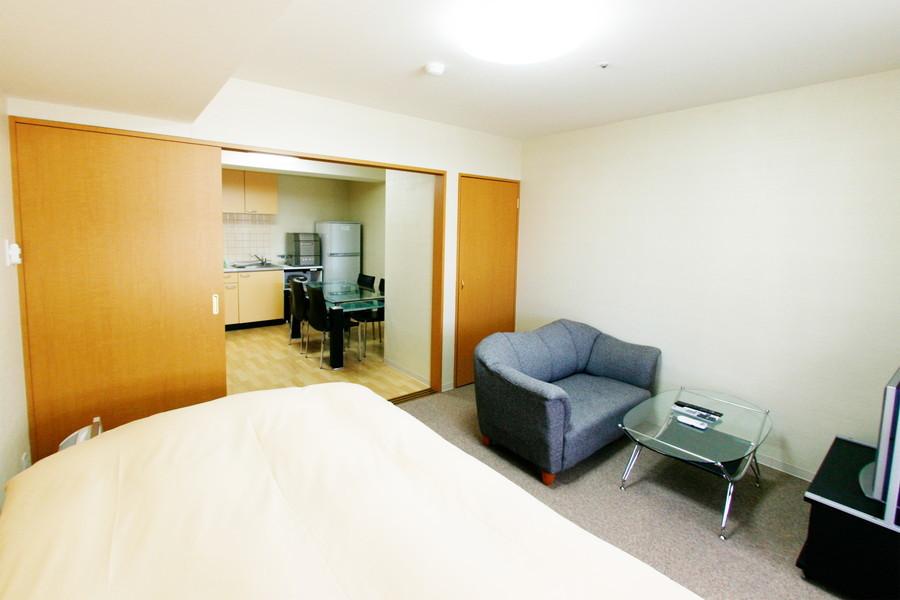 ダイニング隣のベッドルーム。ソファを置いてもゆとりある広さです