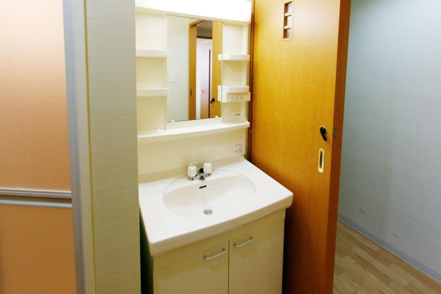 清潔感のある独立洗面台。小物収納棚もしっかり充実!