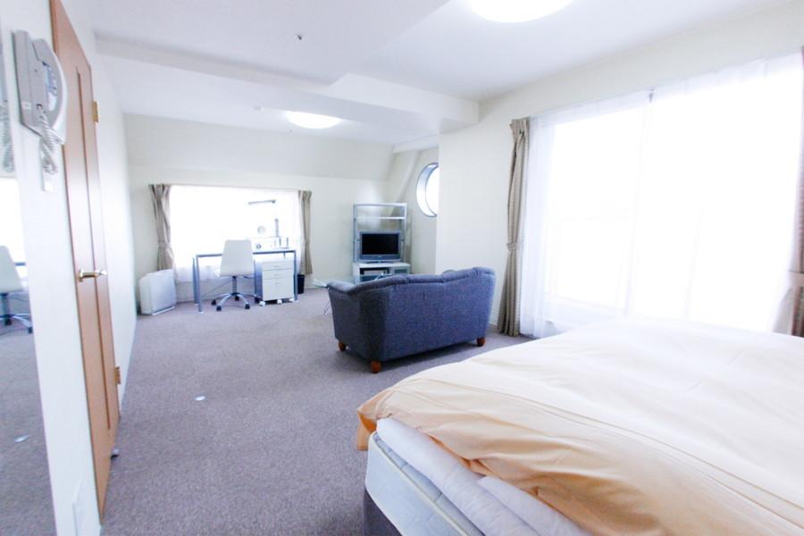 ベッド、ソファ、デスクを置いても余裕のある圧倒的広さが特徴!