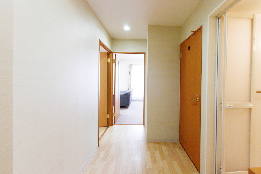 玄関周辺はあたたかみのあるウッドカラーでまとめられています