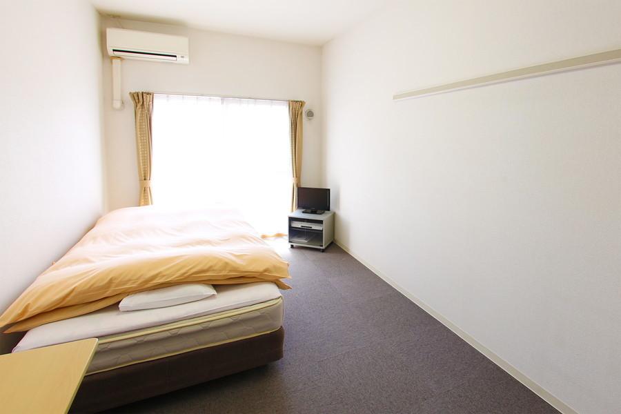 天井が高く開放感のあるお部屋。マンスリーにありがちな手狭さはありません