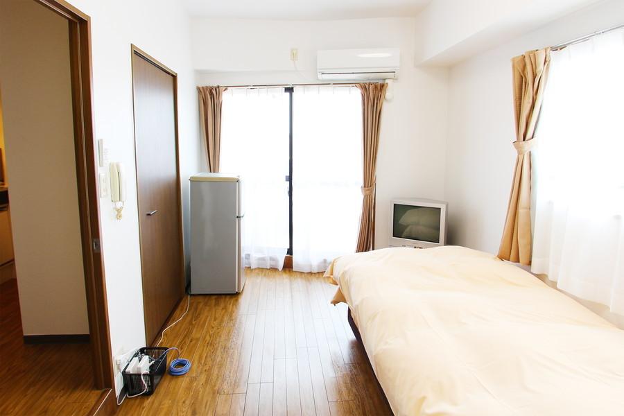 大きな2面の窓でたっぷりの光が差し込んでくるお部屋です
