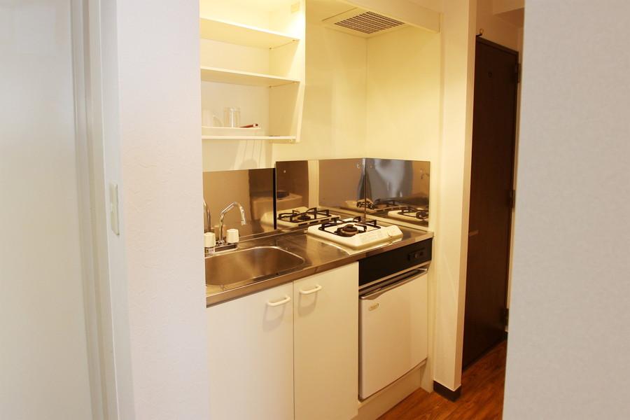 コンパクトなシステムキッチン。吊り棚、収納棚もあり便利です