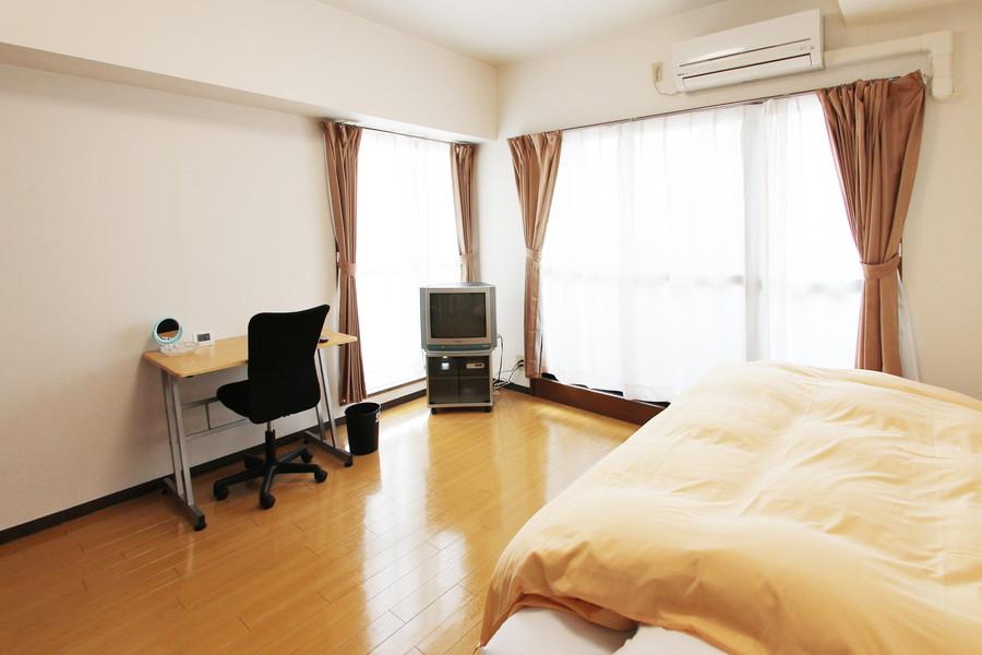 ゆったり広い室内。ベランダの窓と小窓、ふたつの窓で明るいお部屋です