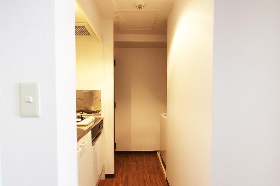 玄関周辺は室内と同じ壁紙で統一。清潔感あふれる白色です