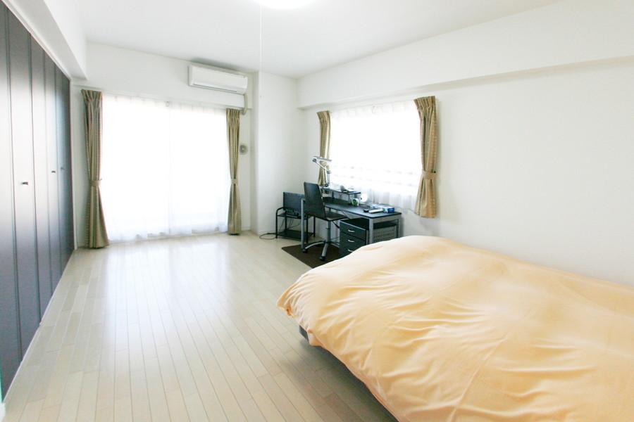 メインベッドルームはゆっくり休める広々空間