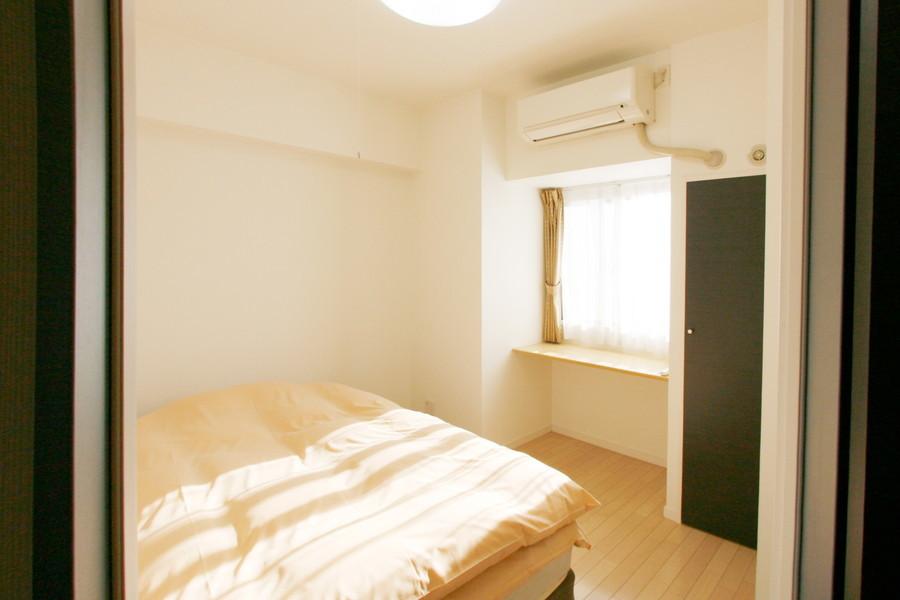 玄関すぐのベッドルームはコンパクトながら落ち着ける空間に
