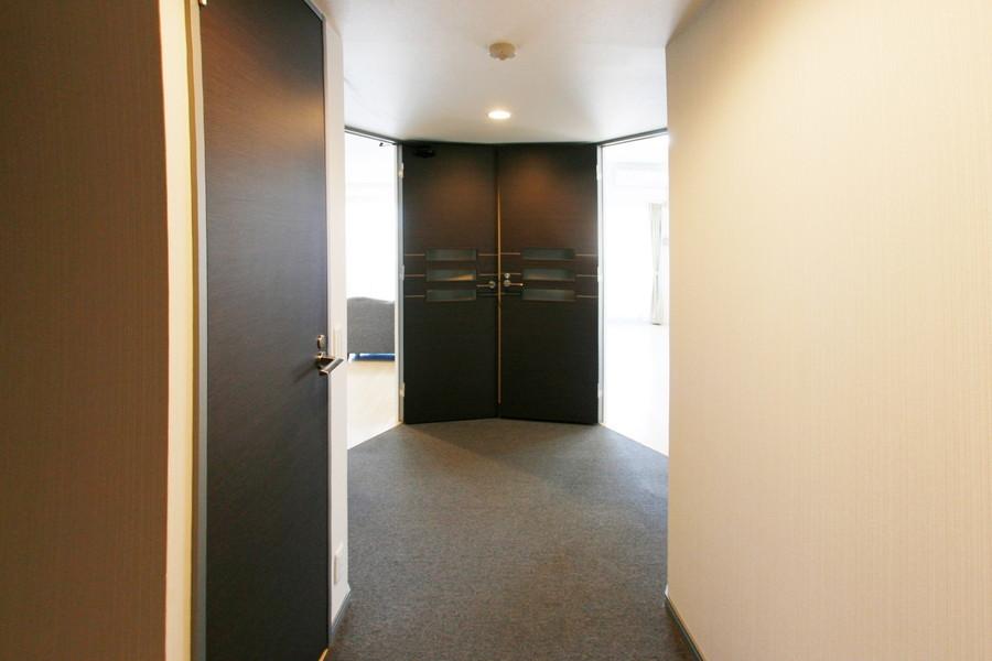 玄関から各部屋までは段差の少ない作り。深夜のご帰宅でも安心です