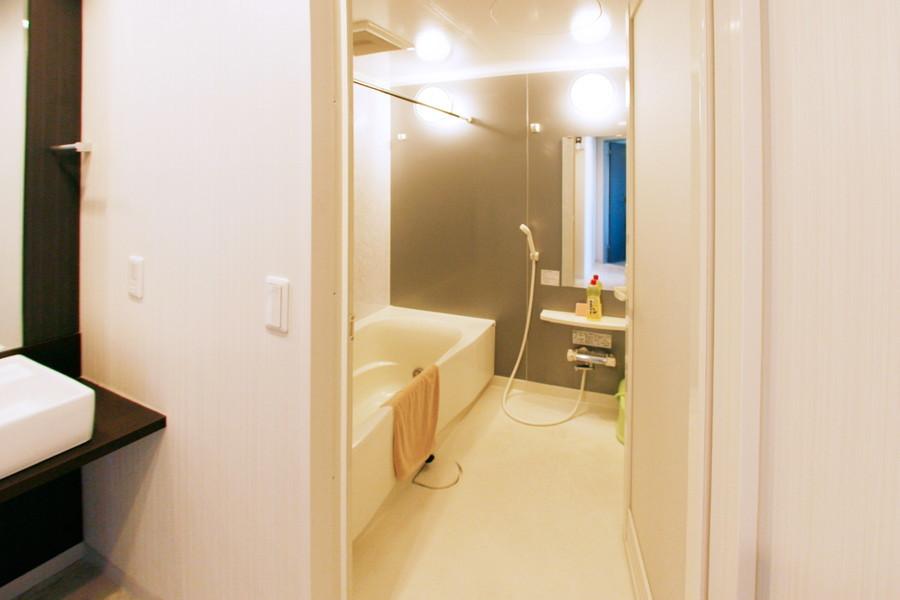 ゆったりと手足が伸ばせるバスタブ。洗い場も広く便利です