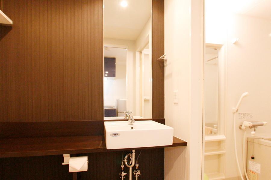 おしゃれなサロンを思わせる洗面台は大きな鏡が特徴です