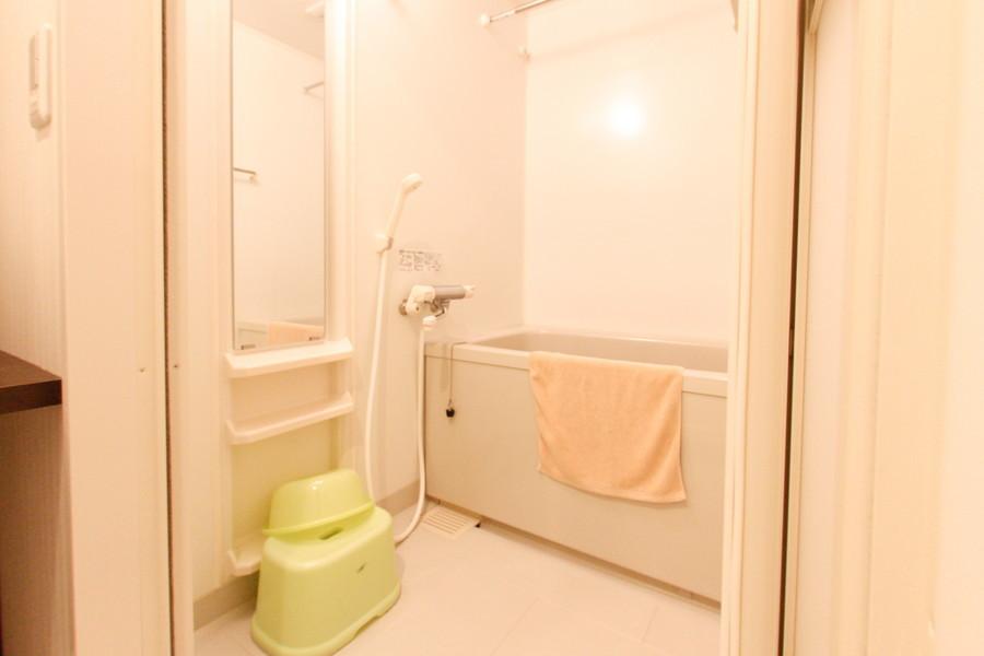 シンプルで清潔感のあるバスルーム