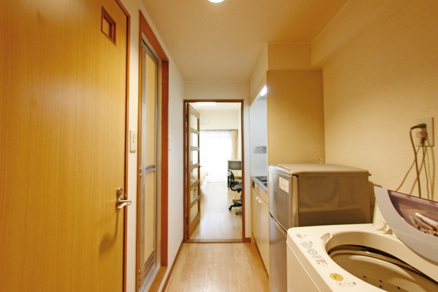 冷蔵庫、洗濯機などはキッチン周辺へ設置されています