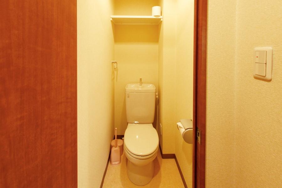 小物収納の棚を完備。清潔感あるトイレです