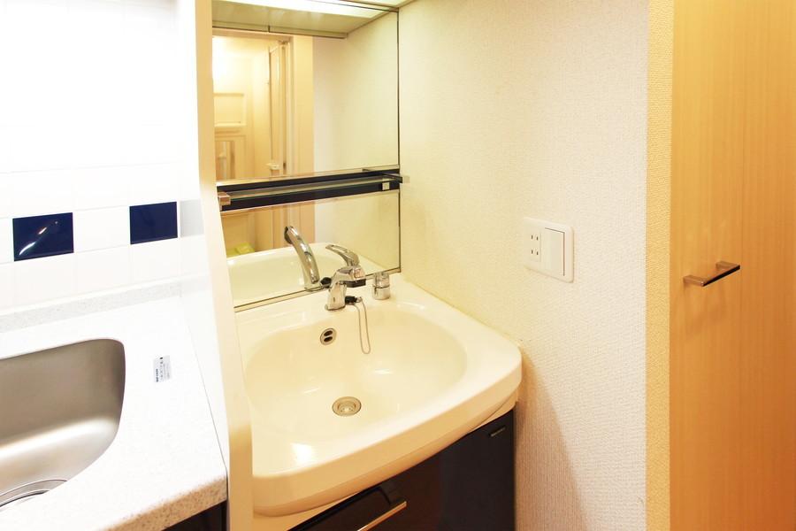 大きめの鏡が特徴の洗面台。シャンプードレッサー完備です