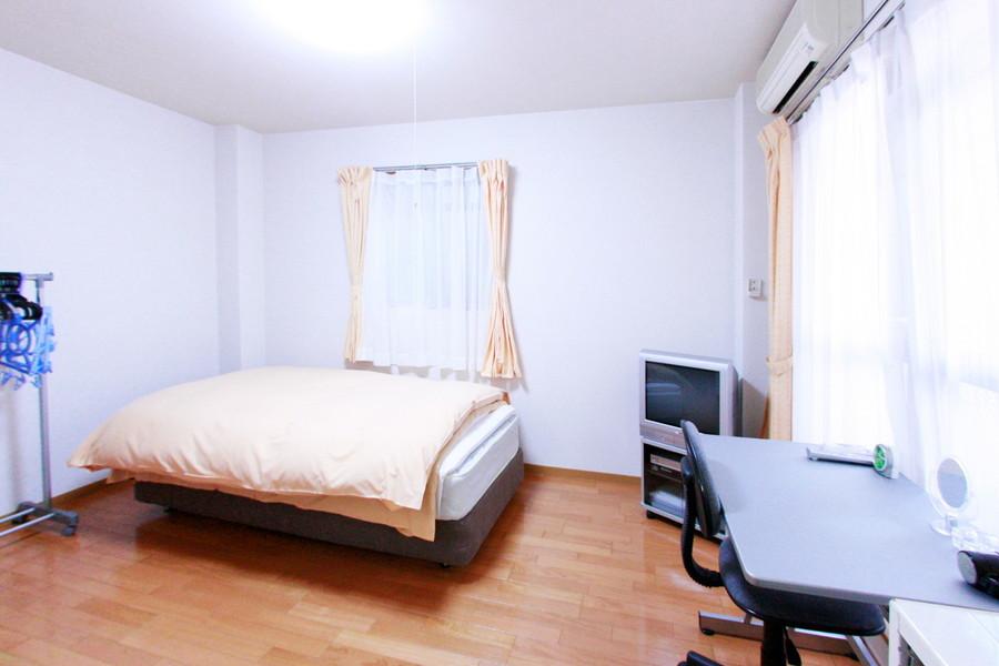 ウッドカラーを基調とした室内。広々お使いいただけます