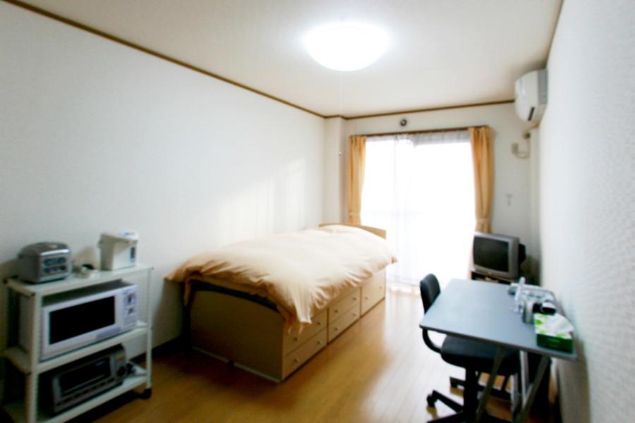 大きな窓からたっぷりの光が差し込むお部屋。気持ちよくお過ごしいただけます
