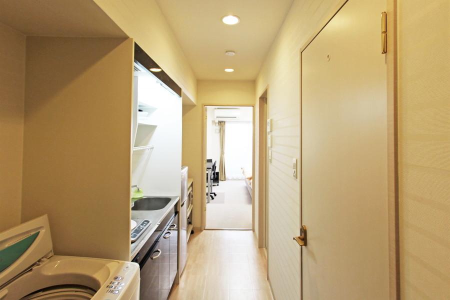 玄関周辺はクリーム色の穏やかな色合い。室内とはまた違った趣が味わえます