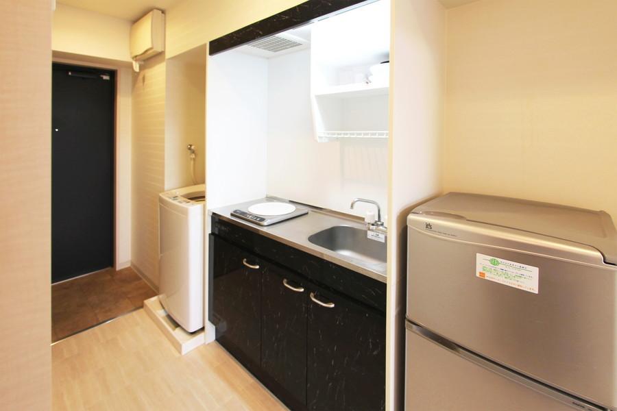 モノトーンでまとめられたキッチン。コンロは便利なIHタイプです