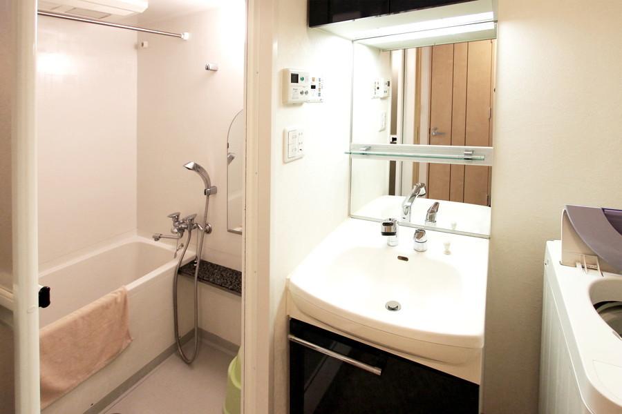 シックなカラーリングで清潔感あふれる大きな鏡の洗面台