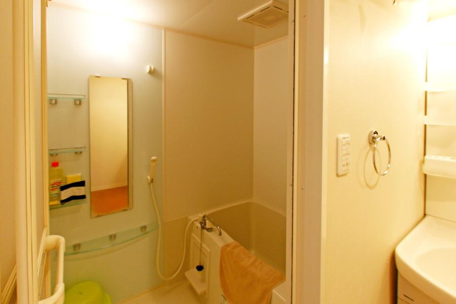 お風呂は便利な小物棚が設置。他の物件では見られないポイントです