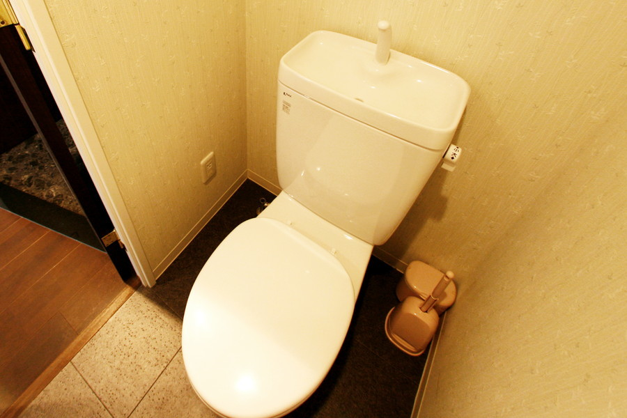 特徴的な質感の壁紙がオシャレなお手洗い