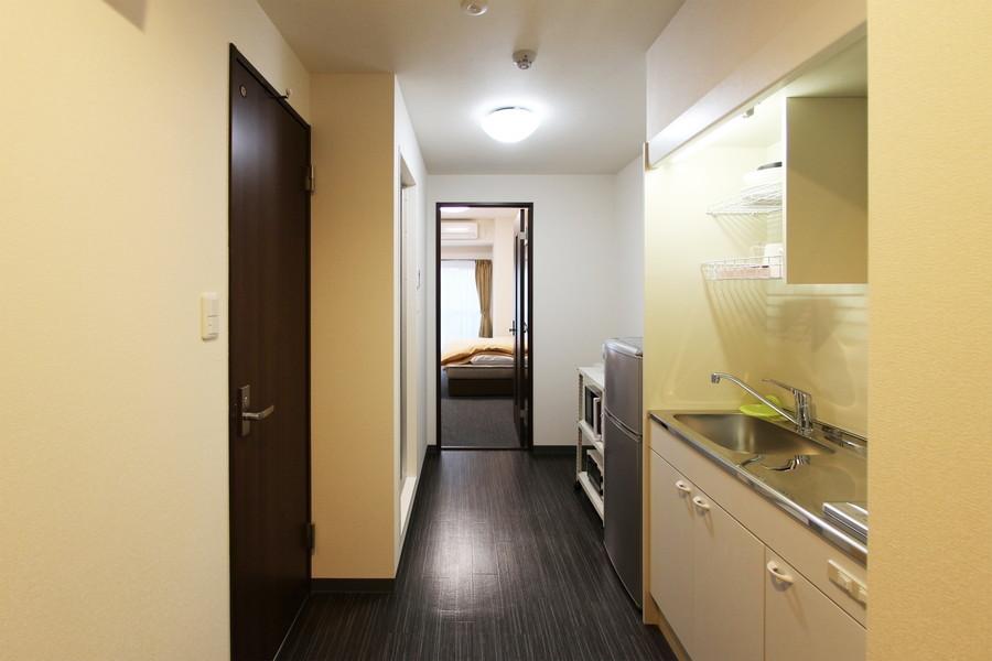 キッチン周辺はダーク系のフローリング。お部屋とはまた違った雰囲気です