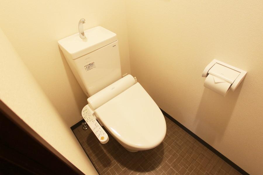 タイル模様の床がポイントのお手洗い。人気のシャワートイレタイプです