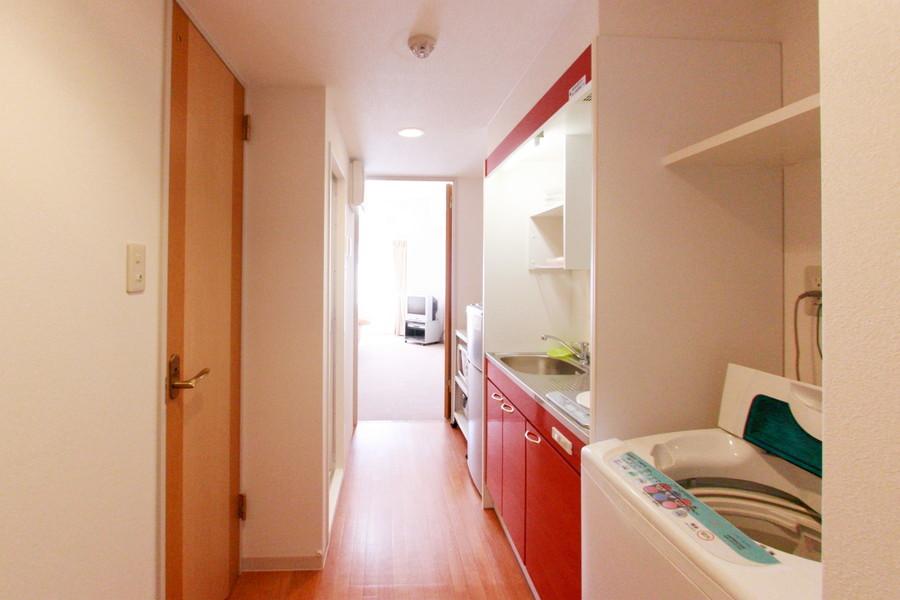 冴えた赤がインパクト抜群の廊下。お部屋とはまた違った印象です