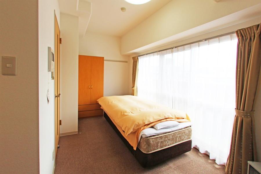 ベランダに面した大きな窓からたっぷりの光が降り注ぐ明るいお部屋です