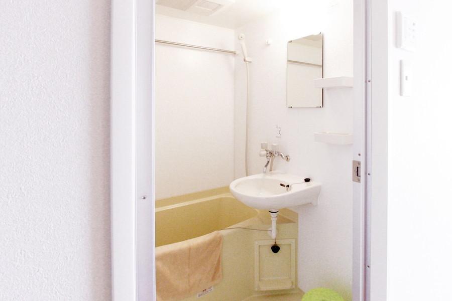 お風呂には小物置きの棚を設置。濡らしたくないものなどはこちらへどうぞ