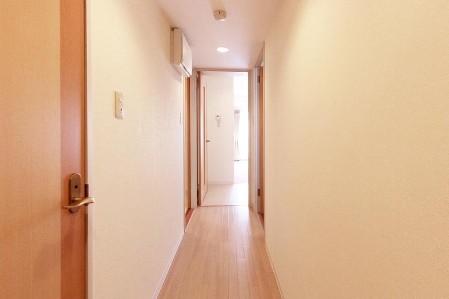 玄関からトイレ、お風呂、寝室、リビングへアクセスできます