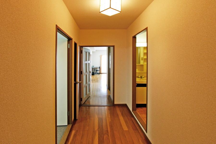 玄関からはリビングや洋室、お手洗いなどにアクセスできます