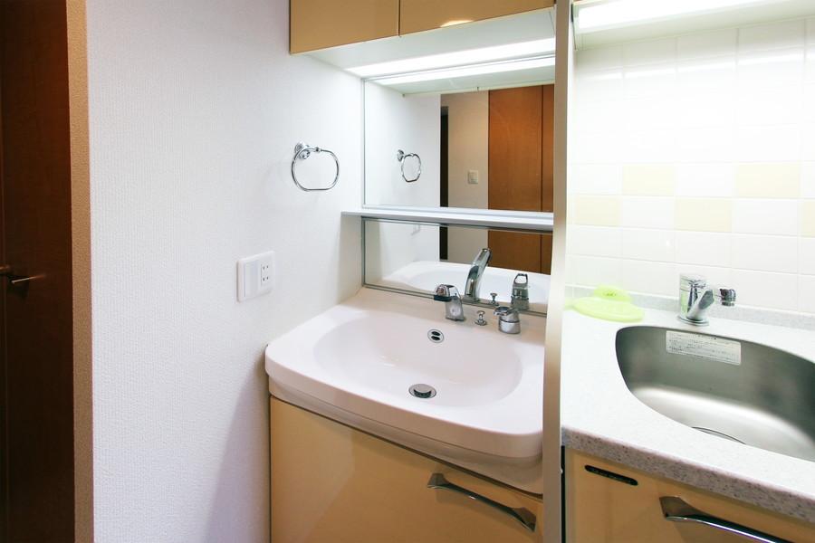 大きな鏡が特徴の洗面台。シャンプードレッサーを搭載しています