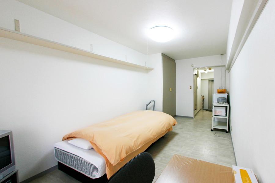 白色の床と壁紙でまとめられた室内はシンプルかつ清潔感にあふれています