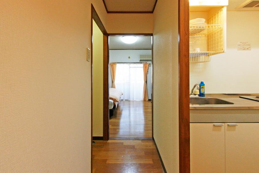 玄関は室内と同じフローリングで統一感があります