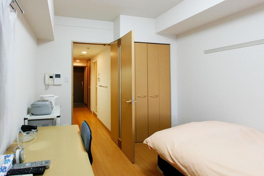 部屋には大きめの収納を完備。天井も高くゆったりお過ごしいただけます