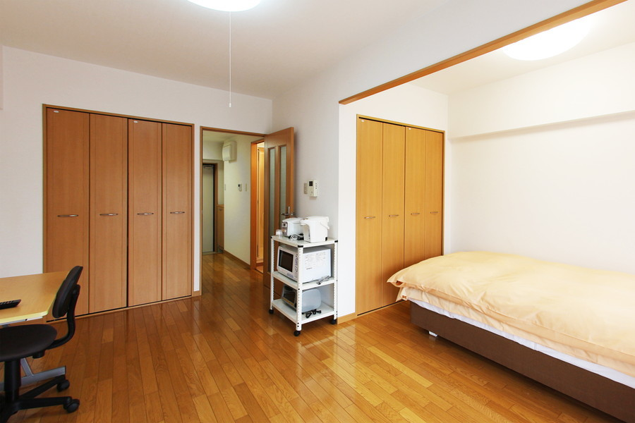 ライトブラウンを基調とした室内。天井も高く開放感があります