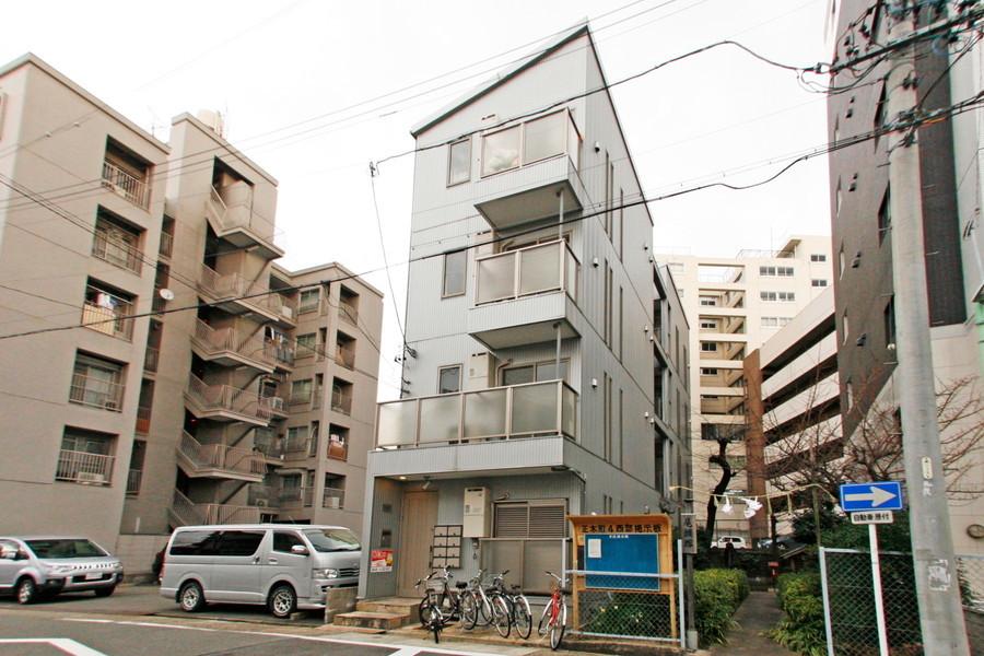 周囲はマンション、アパートが並ぶ住宅街。安心のオートロック完備です