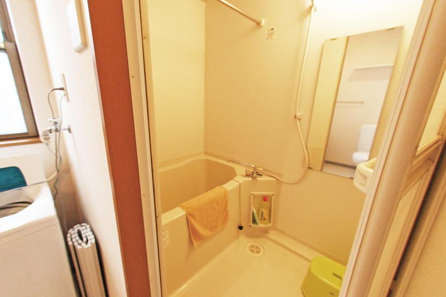 大きな鏡が目を引くバスルーム