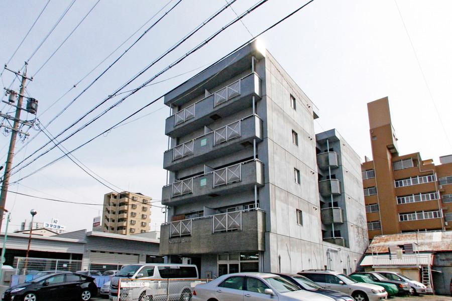 コンクリート打ちのシンプルな外観。周辺施設も充実しています