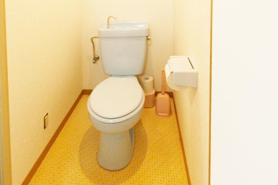 安心のバス・トイレセパレートタイプ。黄色の床がポップです