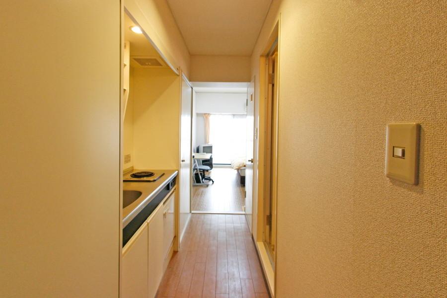 キッチン周辺もお部屋と同じ色の壁紙で統一されています