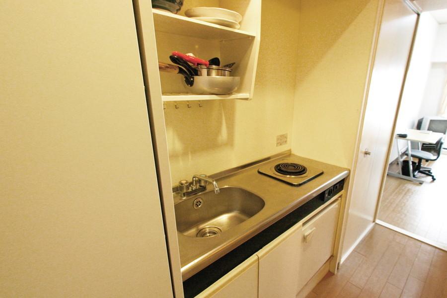 使いやすいコンパクトキッチン。食器もご用意しております