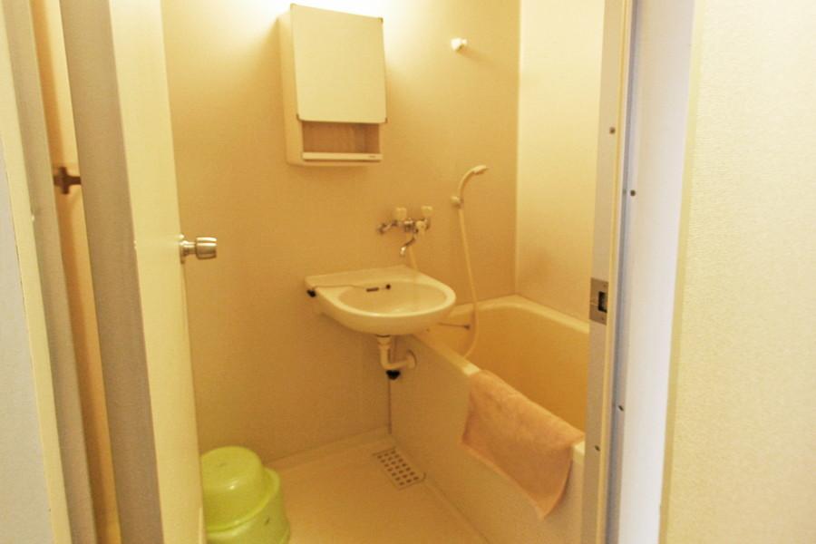 鏡付き収納ボックスがポイントのバスルーム