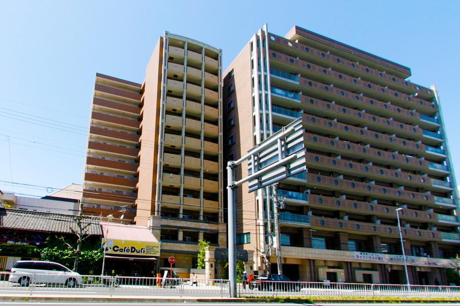 大通り沿いに面したマンション。周辺は飲食店、コンビニともに充実しています