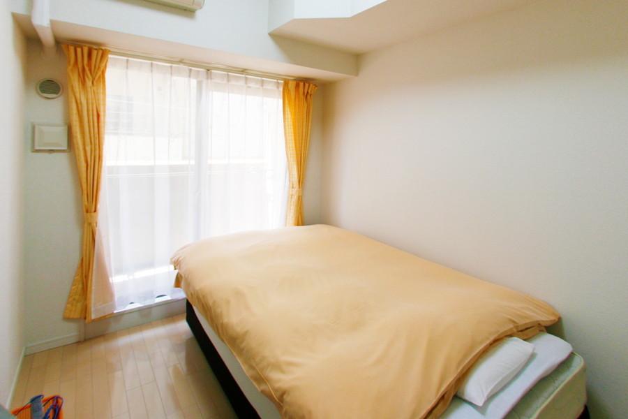 白い壁とライトブラウンの木目が明るい印象を与えてくれるお部屋