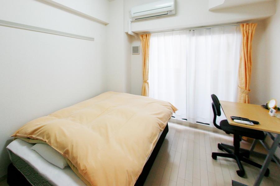 ベージュと白を基調としたやさしい色合いの室内。ゆったりとした安らぎの空間を演出します。
